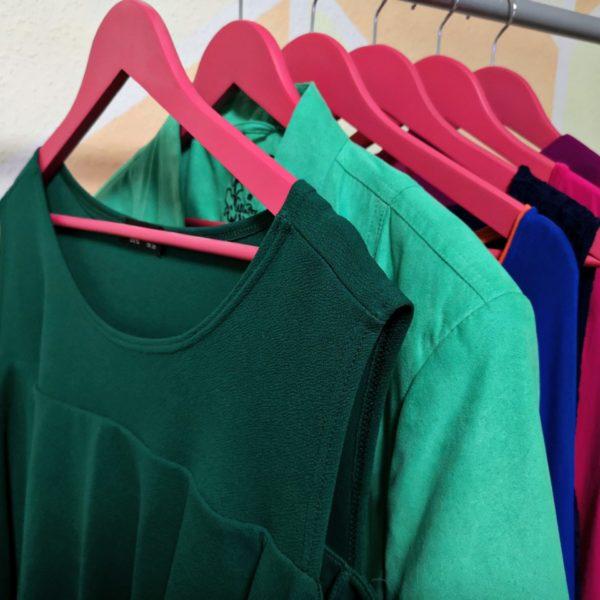 Bunte Kleidung auf einer Kleiderstange