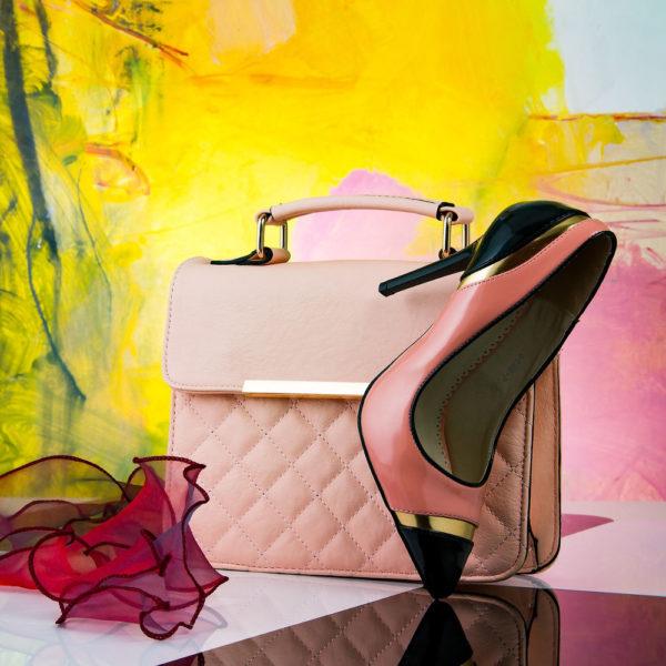 Accessoires,Rosa Handtasche mit Schuh, Hintergrund Gelb und Rosa